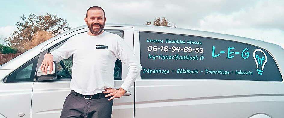 jerome lasserre avec son camion pour son travail dans l'électricité générale et industrielle