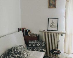 Photo d'un salon avec un vieil appareil de chauffage